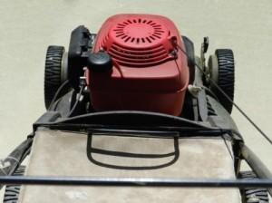 Benzinrasenmäher besitzen entweder einen Zwei- oder einen Vier-Takter Motor